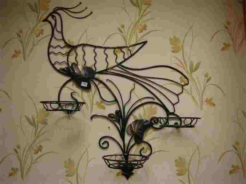 Интересное кованое изделие на стену для цветов