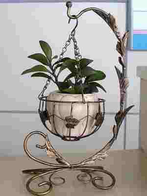 Кованое кашпо под цветы на цепочке