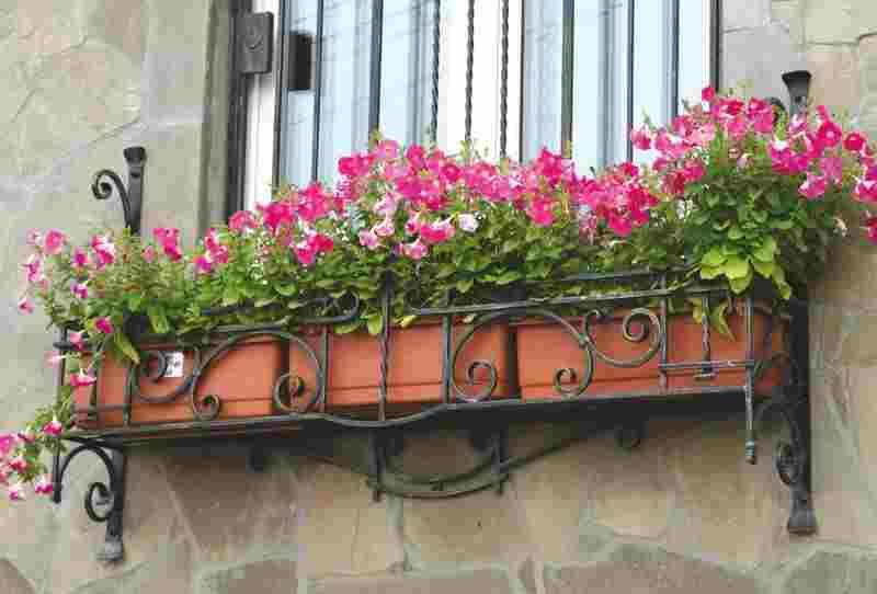 Кованые поддоны для цветов на окна частного дома