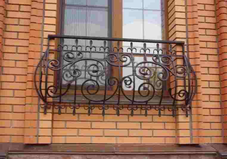 Кованые балконы для цветов в городском ансамбле