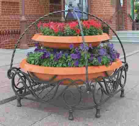 Кованые вазоны для цветов уличные мотивы