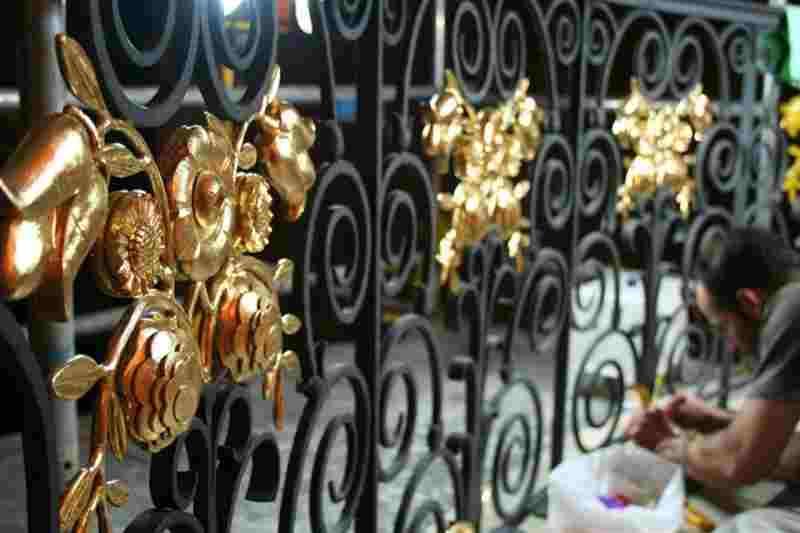 Прекрасные кованые ворота с цветами