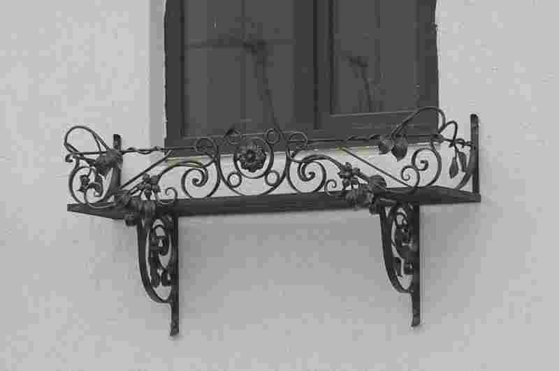 Кованые изделия для цветов на окно