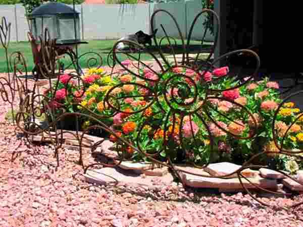 Кованые клумбы для цветов - весьма оригинальное украшение