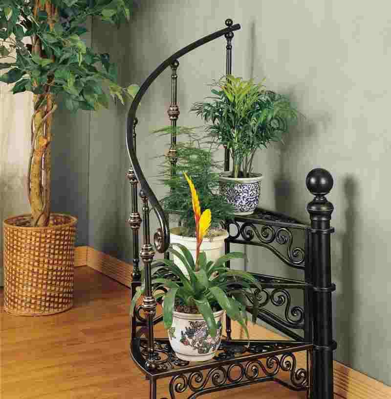 Кованая подставка лестница для цветов