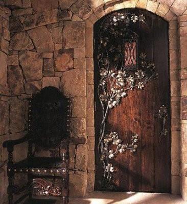 Кованая цветами дверь под старину