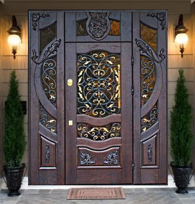 Изящно смотрятся входные кованые двери со стеклом