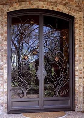 Кованая дверь со стеклом для загородного дома