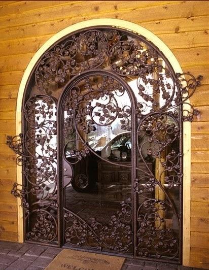 Кованая железная дверь с кустарником