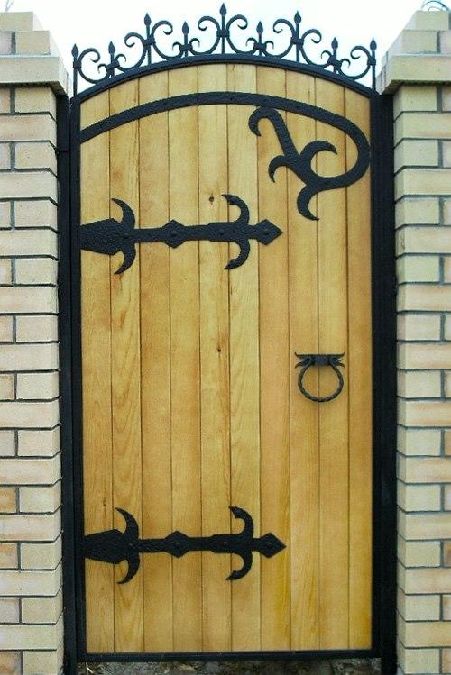 Оригинальные кованые завесы на двери