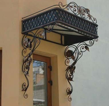 Строгие кованые навесы на двери