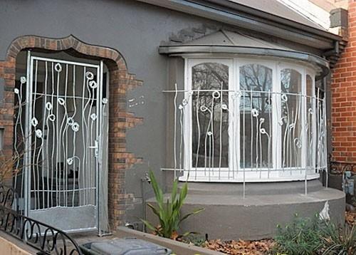 Стильные кованые окна и двери