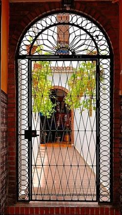Кованые решетчатые двери во внутреннем дворике