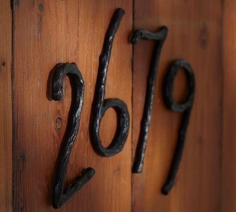 Простые кованые цифры на двери