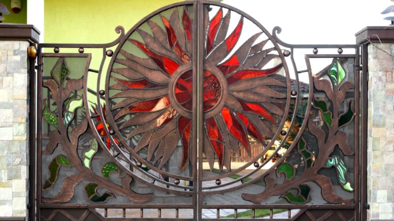 Красивые кованые входные двери для ворот