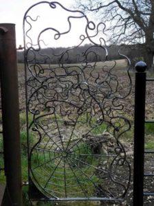 Красивая кованая дверь для калитки