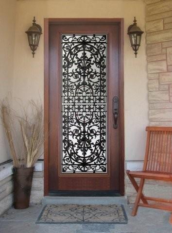 Красивая кованая дверь для дома