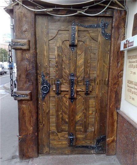 Уголки на деревянной двери кованые вручную