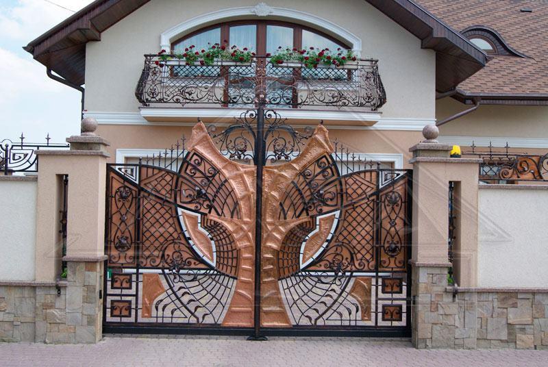 Уникальная кованая дверь для въезда