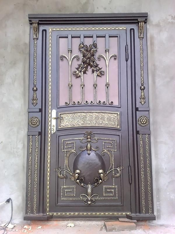Металлические двери с коваными вставками