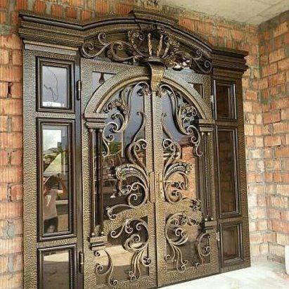 Двустворчатые входные кованые двери с вставками из стекла