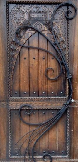 Изящная кованая дверь оформленная в старинном стиле