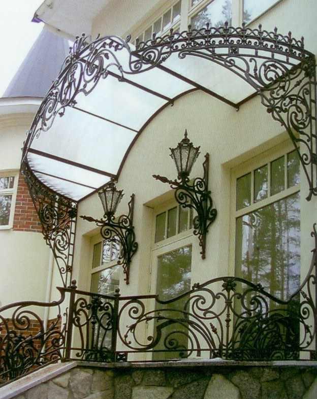 Балкон с большим кованым козырьком