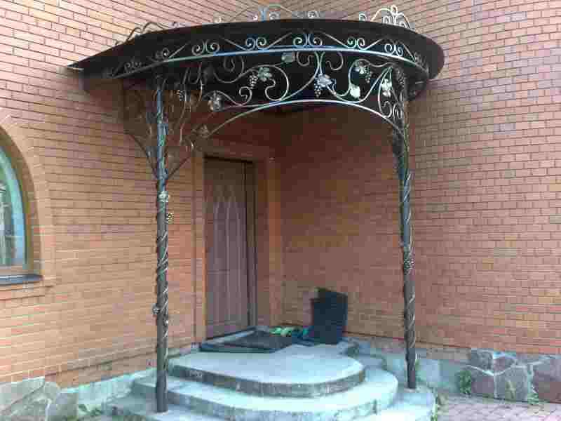 Элегантный кованый козырек дверей