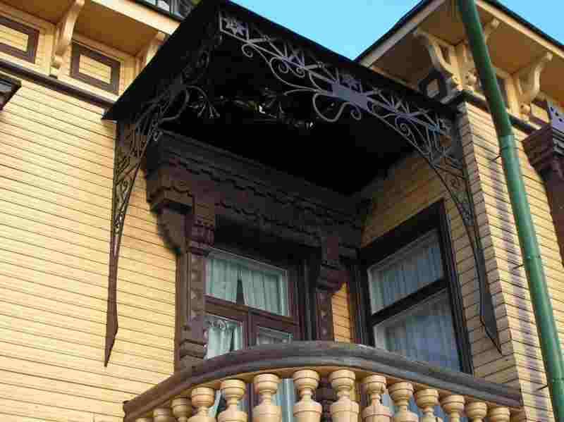 Весьма оригинальный, защитный козырек над балконом