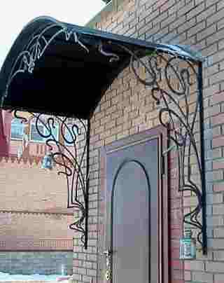 Кованый козырек над входной дверью