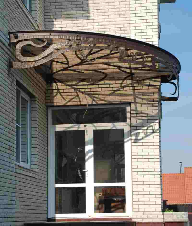 Ветвистый орнамент кованого козырька модерн