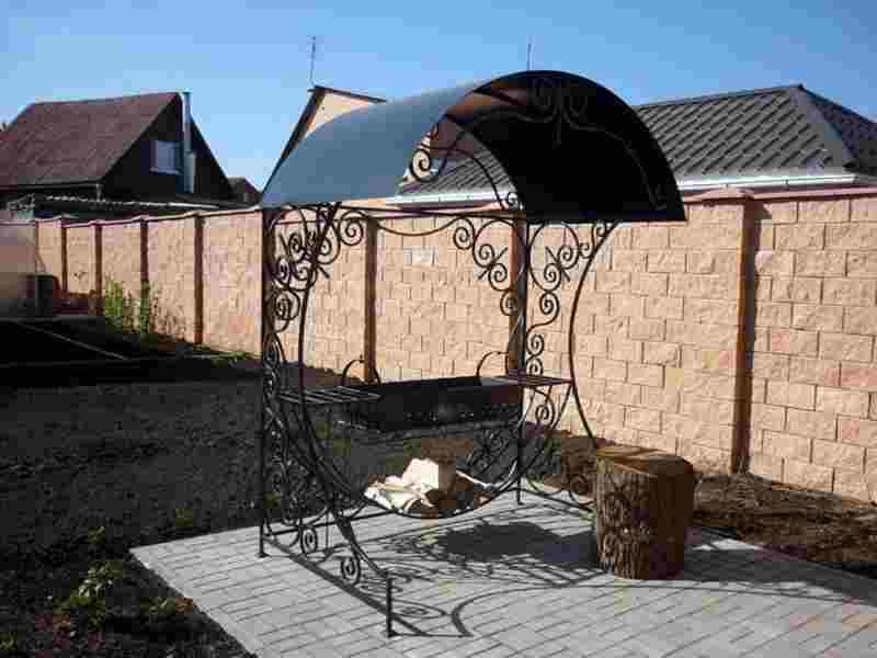 Кованый мангал с крышей в стиле модерн