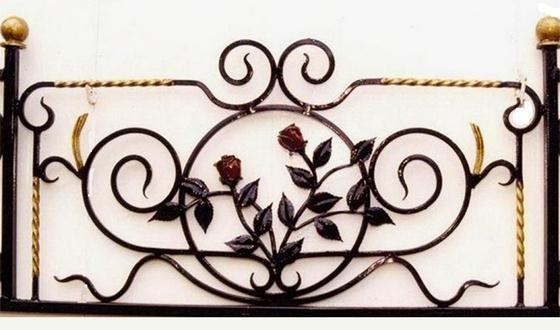 Кованая роза в орнаменте забора