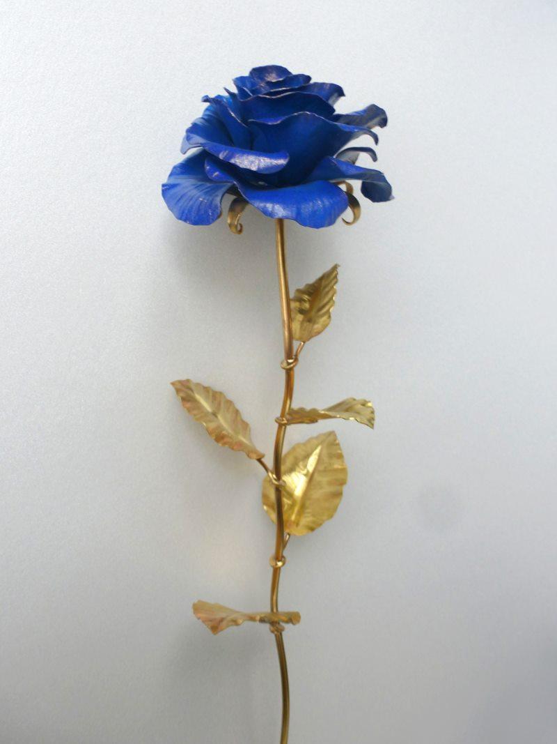 Кованая синяя роза из железа