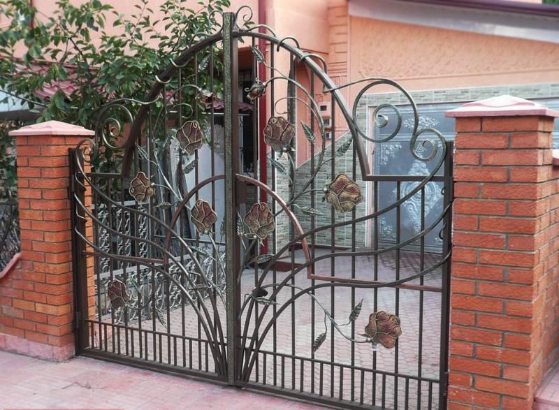 Кованые входные ворота с розами
