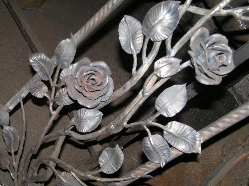 Кованые листья розы для перил