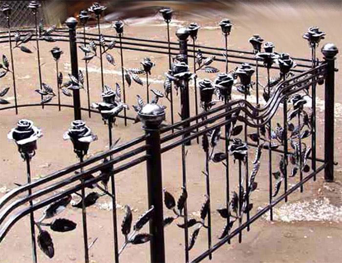 Кованые оградки с розами на кладбище