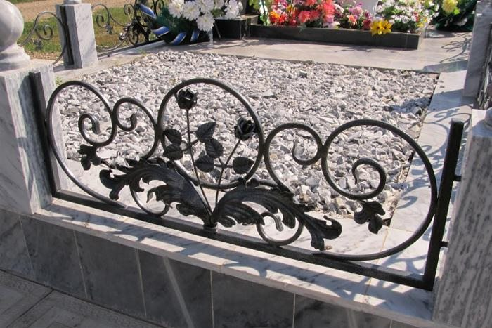 Кованые оградки с розами на могилу