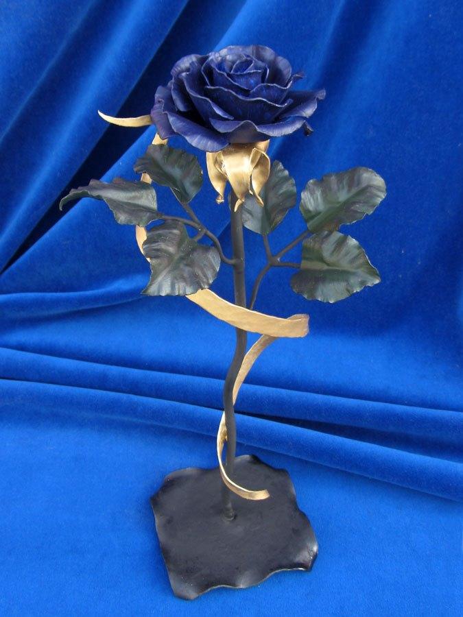Завораживающая кованая синяя роза из железа