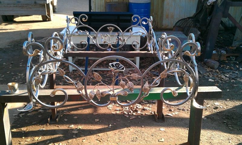 Кованые оградки с розами