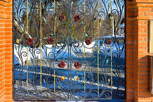 Кованые парковые ворота с розами