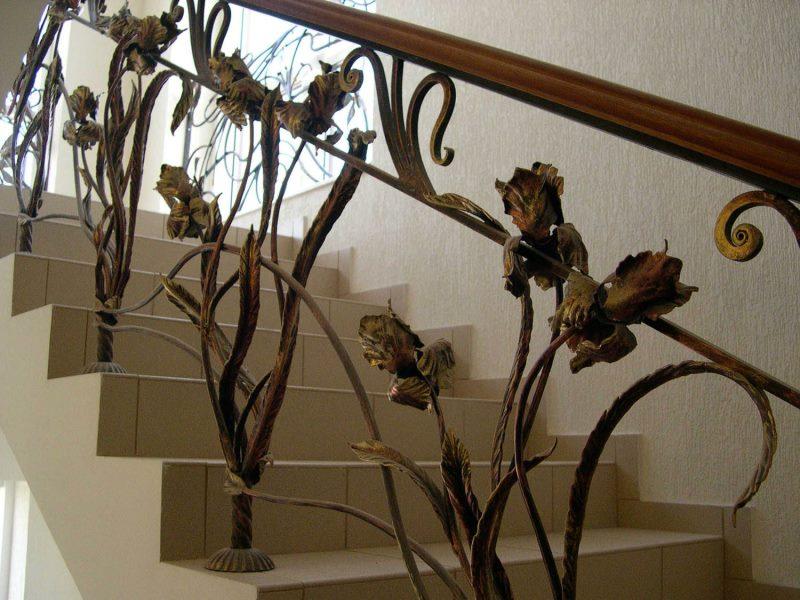 Кованые перила с розами под старину