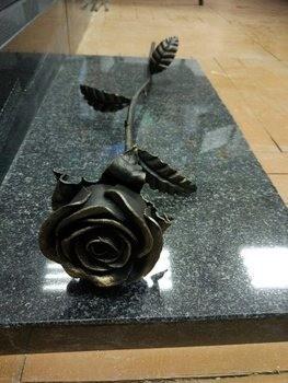 Кованые розы на могильной плите