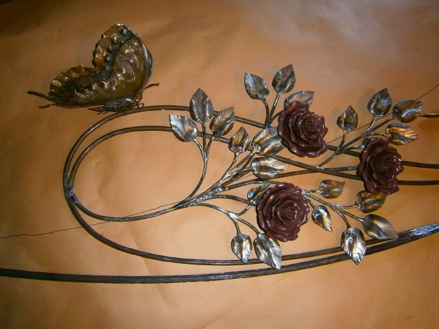 Кованые розы и бабочки из металла
