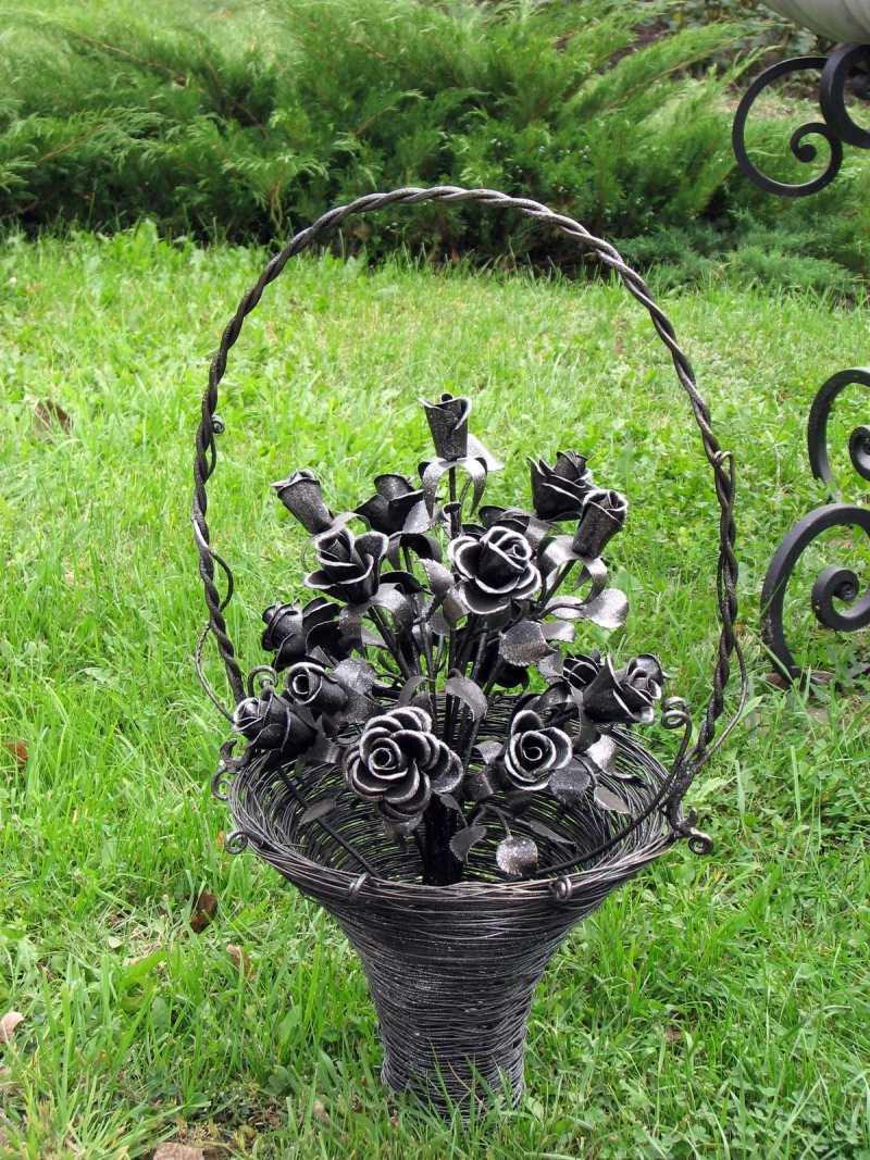 Кованый букет роз в корзине
