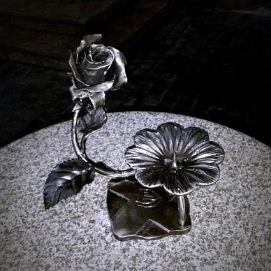 Необычная кованая роза подсвечник