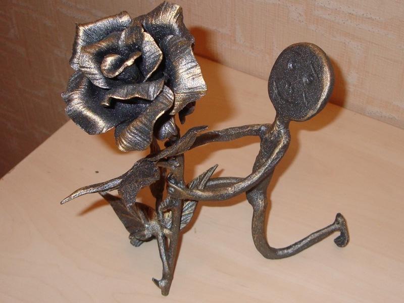 Интерьерный человечек с кованой розой