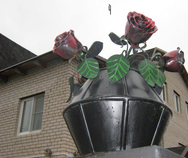 Кованая ваза с розами в стиле кантри