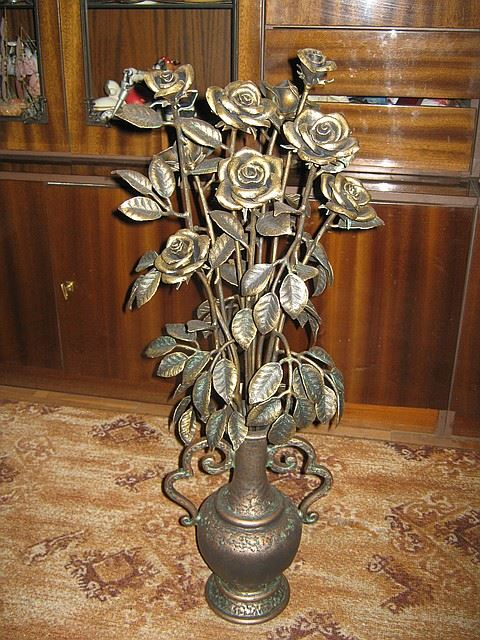 Кованая ваза с розами