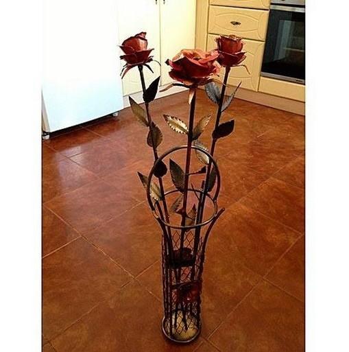 Кованая ваза и розы в стиле лофт